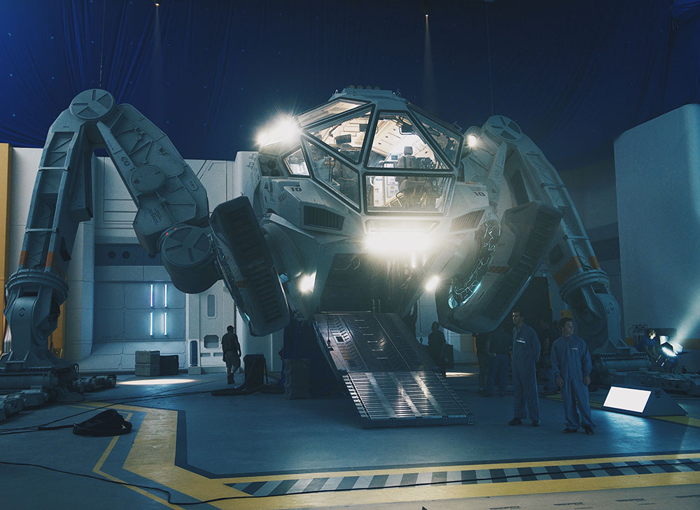 The-Moon-Tug-on-the-set-of-INDEPENDENCE-DAY-RESURGENCE
